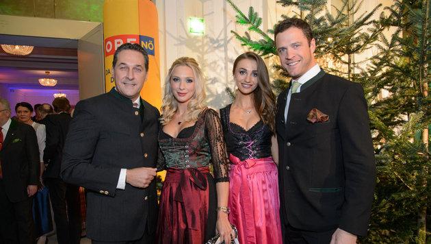 Heinz-Christian Strache mit Freundin Philippa Beck, Johann Gudenus mit Freundin Tatjana (Bild: Viennareport)