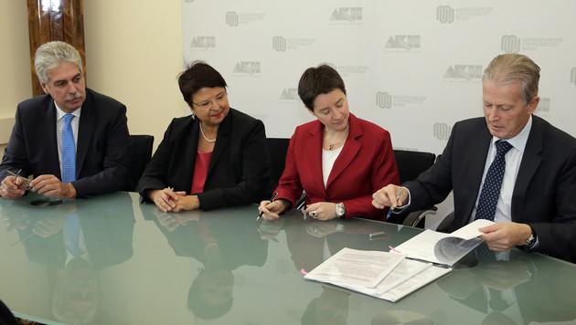 Schelling, Brauner, Wehsely und Mitterlehner (v.li.) mit dem Milliarden-Vertrag (Bild: Klemens Groh)