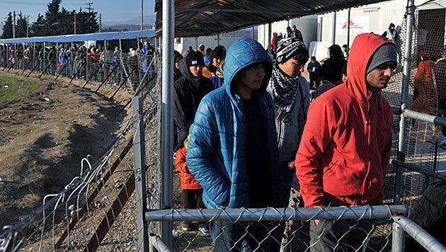 Flüchtlinge an der griechisch-mazedonischen Grenze (Bild: APA/AFP/SAKIS MITROLIDIS)