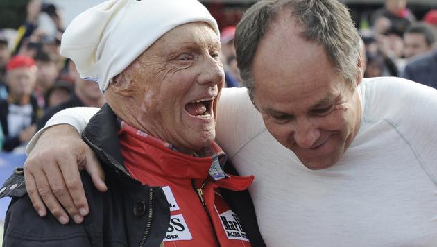 Gerhard Berger (re.) mit Niki Lauda bei einem Legendenrennen (Bild: APA/HANS KLAUS TECHT)