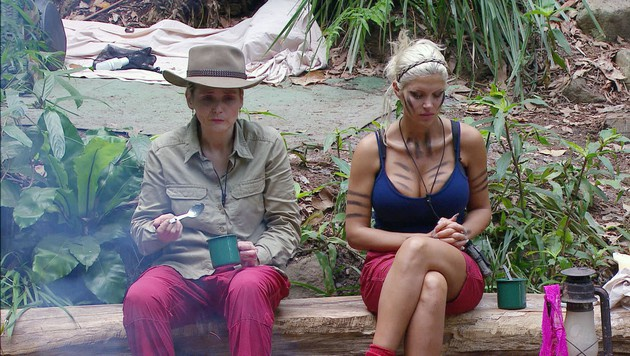 Helena und Sophia am Lagerfeuer (Bild: RTL)