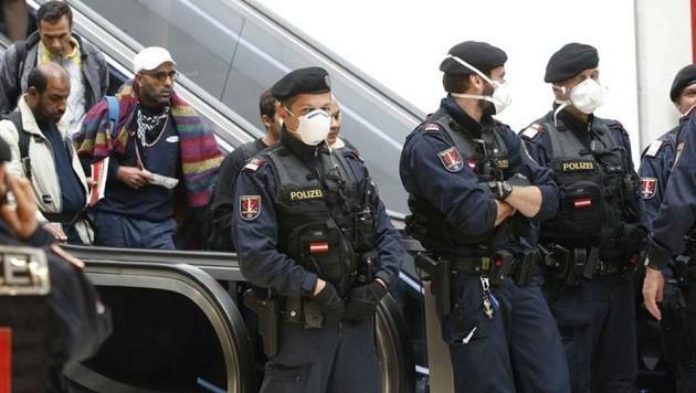 Einsatz der chronisch überlasteten Polizei am Salzburger Bahnhof: Kosten und Nerven am Anschlag. (Bild: Markus Tschepp)