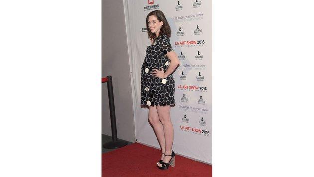 Anne Hathaway ist sichtlich stolz auf ihren Babybauch. (Bild: AFP)