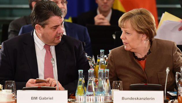 SPD-Chef Sigmar Gabriel mit Kanzlerin Angela Merkel (Bild: APA/AFP/John MacDougall)