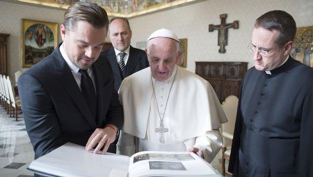 Leonardo DiCaprio überreicht dem Papst ein Buch über Hieronymus Bosch. (Bild: AFP)