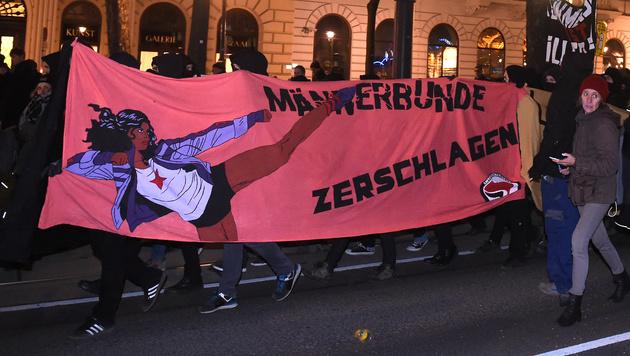 Akademikerball-Demos legten Wiener Innenstadt lahm (Bild: APA/HERBERT P. OCZERET)