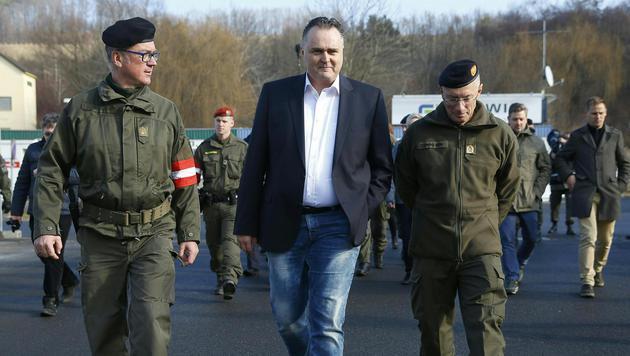 Doskozil mit dem steirischen Militärkommandanten Zöllner und Landespolizeidirektor Klamminger (Bild: APA/Erwin Scheriau)