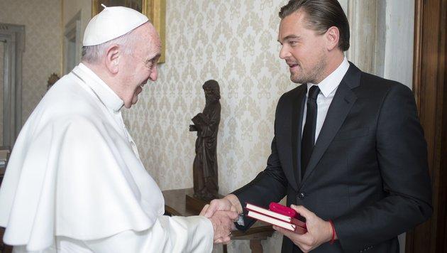 Papst Franziskus schüttelt Leonardo DiCaprio die Hand. (Bild: AFP)