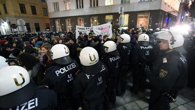 In der Herrengasse wurden kurzzeitig rund 100 Personen eingekesselt. (Bild: APA/HERBERT P. OCZERET)