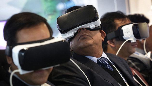Eintauchen in eine virtuelle Realität - auch Apple setzt auf diesen Zukunftsmarkt. (Bild: APA/AFP/GETTY IMAGES/ALEX WONG)
