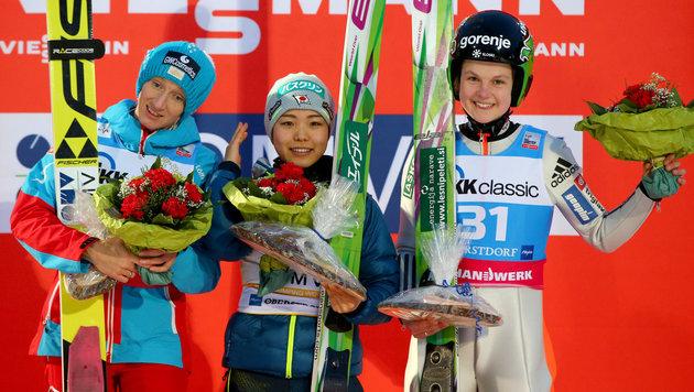 Iraschko-Stolz, Takanashi und Klinec (Bild: APA/dpa/Daniel Karmann)