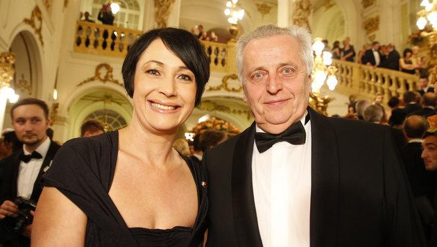 Bürgermeisterstellvertreterin Martina Schröck mit Rudolf Hundstorfer (Bild: APA/ERWIN SCHERIAU)