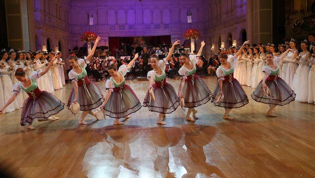 Promi-Schaulauf auf der 18. Grazer Opernredoute (Bild: KRONEN ZEITUNG)