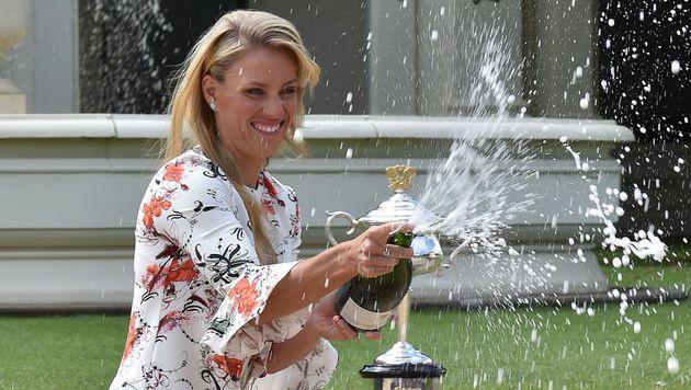 Spritzige Angelegenheit: Angelique Kerber feiert ihren ersten Australian-Open-Sieg. (Bild: APA/AFP/PAUL CROCK)