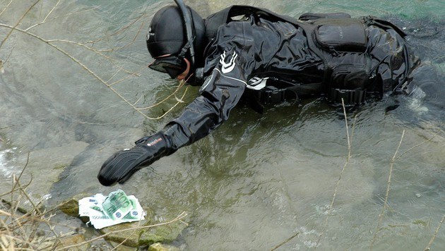 Taucher-Einsatz für ein vermeintliches Geldbündel (Bild: APA/HFW VILLACH/KK)