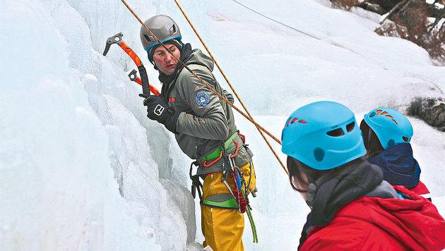 Erfahrene Bergführer zeigen vor, wie das Eisklettern geht. (Bild: Hannes Wallner)