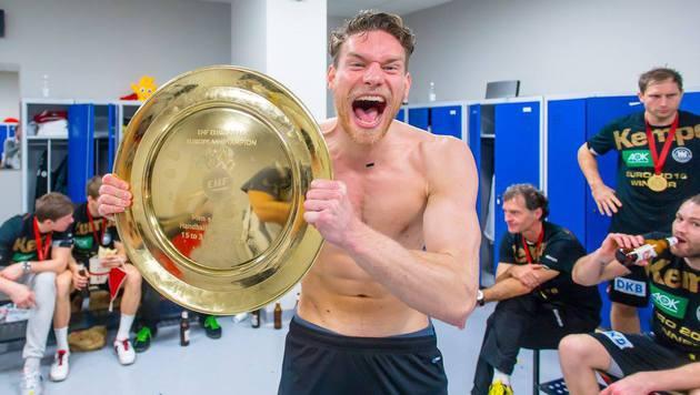 Kabinenparty: So jubelten Deutschlands Handballer nach dem EM-Titel! (Bild: facebook.com/DHB)