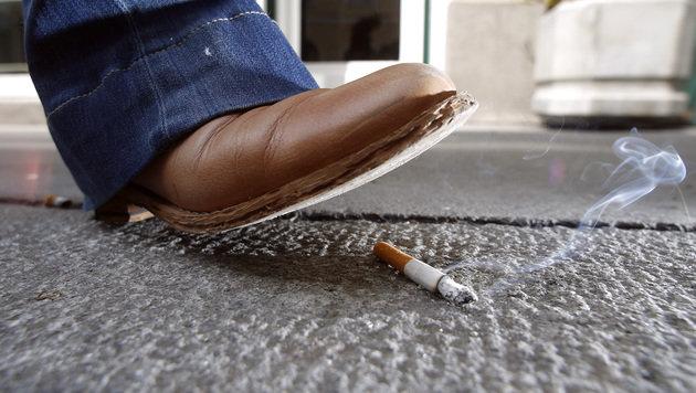 Verboten: Die Zigarette auf der Straße entsorgen (Bild: APA/GEORG HOCHMUTH)