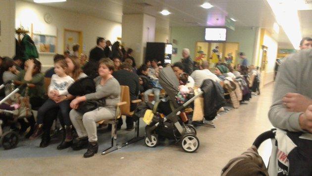 Volle Ambulanz, das Personal völlig überfordert: Bis zu 16 Stunden mussten die Patienten warten. (Bild: Mario H.)