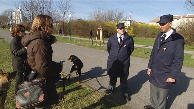 """Waste Watcher im Einsatz gegen die """"Hundstrümmerl"""" (Bild: ORF)"""