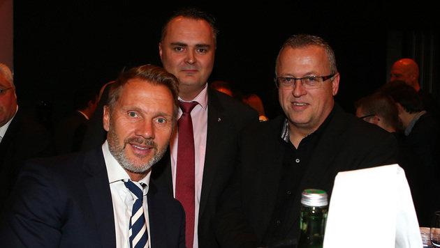 Die Austrianer Thorsten Fink und Franz Wohlfahrt mit Verteidigungsminister Peter Doskozil (Bild: GEPA)