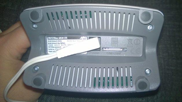 Stromanschluss und SIM-Karten-Slot befinden sich an der Unterseite der Fritz!Box 6820 LTE. (Bild: ser, krone.at)