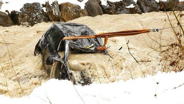 Der Wagen konnte aus den reißenden Bach gezogen werden, der 17-jährige Lenker wird vermisst. (Bild: Gerhard Schiel)