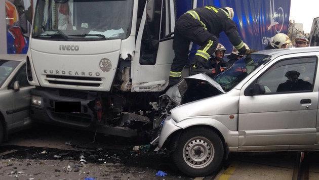 Die beiden Fahrzeuge kollidierten auf der Donaufelder Straße. (Bild: APA/BERUFSRETTUNG WIEN)