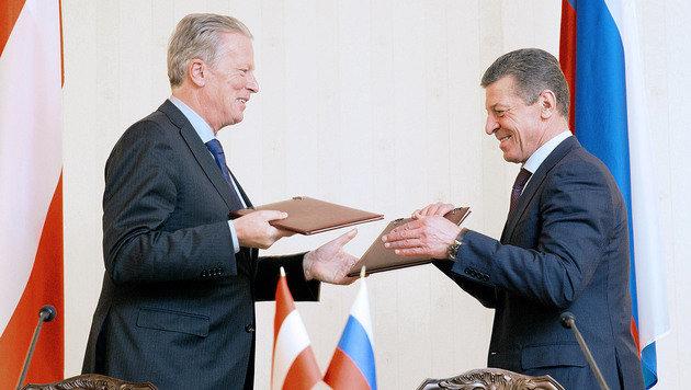 Vizekanzler Mitterlehner mit Russlands Vizepremier Kosak bei der Unterzeichnung von Verträgen (Bild: APA/PHOTONEWS.AT/GEORGES SCHNEIDER)