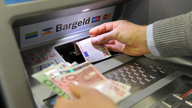 Österreicher sauer: Erstmals Bankomatgebühr (Bild: APA/Barbara Gindl)