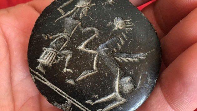 Dieser Stein, ein Siegelstempel aus der Bronzezeit, wurde im Görtschitztal gefunden. (Bild: Hannes Wallner)
