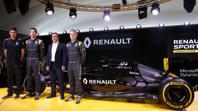 Ersatzpilot Esteban Ocon, Jolyon Palmer, Renault-Konzernchef Carlos Ghosn und Kevin Magnussen (Bild: AP)