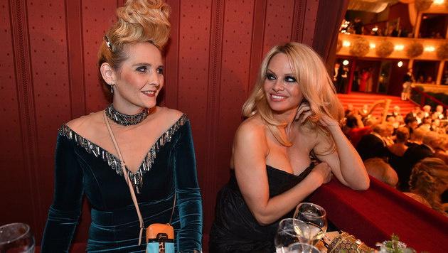"""Dschungelcamperin Helena Fürst und Pamela Anderson in der Loge der """"Botox Boys"""" (Bild: Andreas Tischler)"""