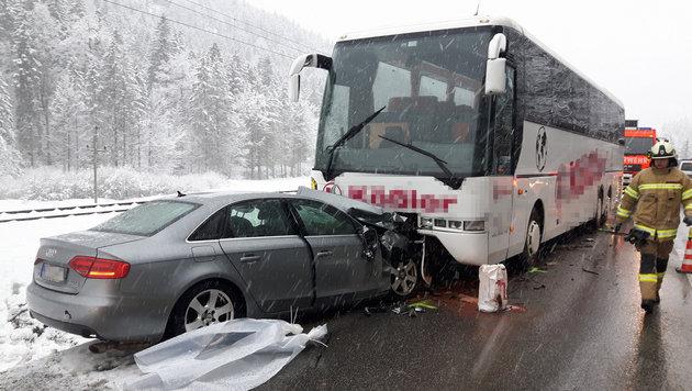 Auto kracht frontal in Bus - sechs Verletzte (Bild: APA/ZEITUNGSFOTO.AT/DANIEL LIEBL)