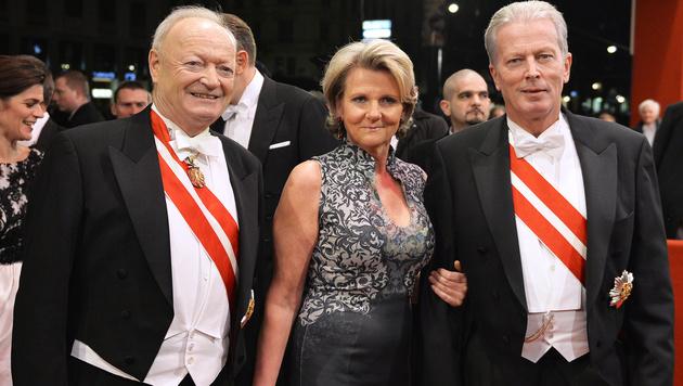 Andreas Khol und Vizekanzler Reinhold Mitterlehner mit Gattin Anna Maria (Bild: APA/HERBERT NEUBAUER)