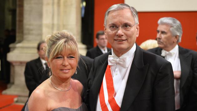 Sozialminister Alois Stöger mit Ehefrau Karin (Bild: APA/HERBERT NEUBAUER)