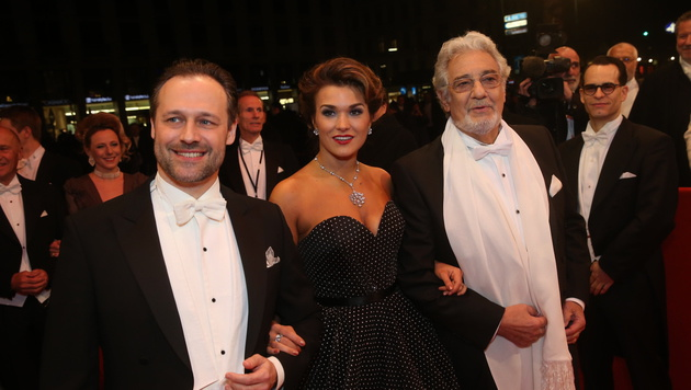 Startenor Placido Domingo mit Dirigent Sascha Goetzel und Sopranistin Olga Peretyatko vor der Oper (Bild: Klemens Groh)