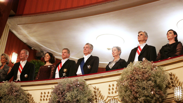 Die Bundesregierung bei den Hymnen (Bild: APA/GEORG HOCHMUTH)