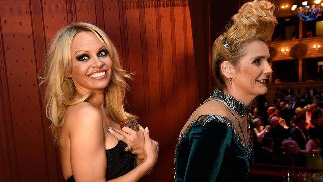 Pamela Anderson und Dschungelcamperin Helena Fürst (Bild: APA/HELMUT FOHRINGER)