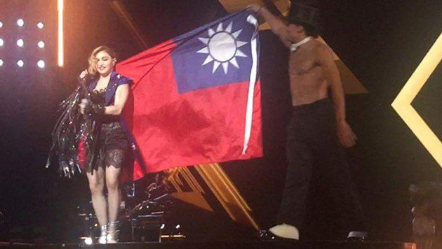Madonna provoziert China mit Taiwan-Flagge (Bild: AFP)