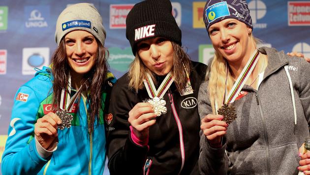 Bei der Snowboard-WM 2015: Ledecka (Mitte) mit Dujmovits (li.) und Kreiner (Bild: GEPA)