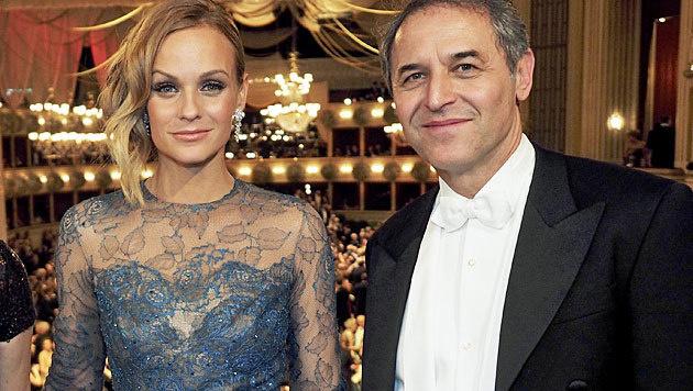 Alles Walzer! Teamchef Marcel Koller posiert am Opernball mit TV-Lady Mirjam Weichselbraun. (Bild: ORF)