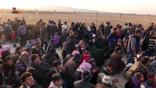 Noch erhalten die Fl�chtlinge aus Aleppo, darunter viele Kinder, keinen Einlass in der T�rkei. (Bild: APA/AFP/SHABHA PRESS/STRINGER)