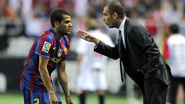 Dani Alves (links) mit Pep Guardiola im Jahr 2010. (Bild: JAVIER SORIANO / AFP / picturedesk.com)