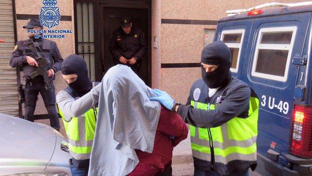 Spezialkräfte der spanischen Polizei führen einen mutmaßlichen Dschihadisten ab. (Bild: APA/AFP/Policia Nacional)