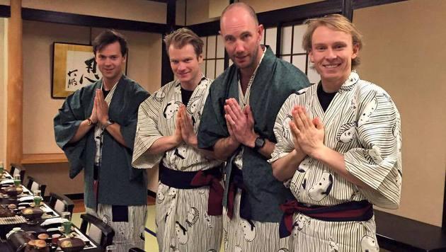 Henrik Kristoffersen und das norwegische Team senden Grüße aus Japan: Traditionell im Kimono. (Bild: facebook.com/Henrik Kristoffersen)