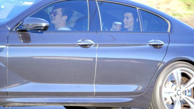 Katy Perry gönnt sich im Auto von Orlando Bloom einen Kaffee. (Bild: Viennareport)