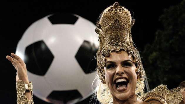 Der Fußball ist immer wieder ein wichtiger Bestandteil der Karnevalsfeiern in Rio. (Bild: APA/AFP/YASUYOSHI CHIBA)