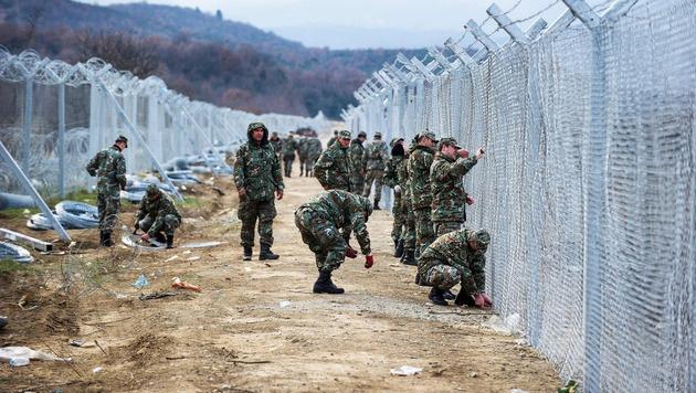 Grenzzaun an der griechisch-mazedonischen Grenze (Bild: APA/AFP/ROBERT ATANASOVSKI)
