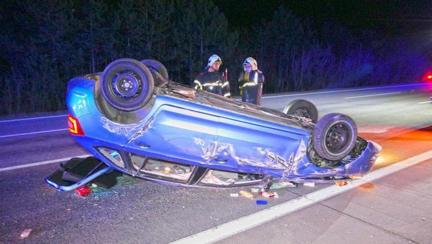 Auto auf A2 überschlagen: Vier Grazer verletzt (Bild: Einsatzdoku.at)